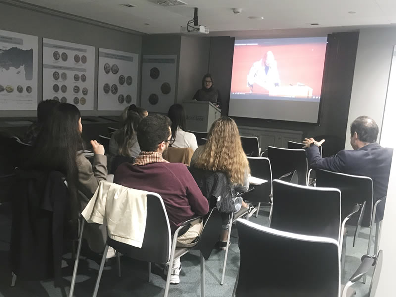 Δόθηκε για τρίτη συνεχή χρονιά διάλεξη με θέμα «το Επάγγελμα του Εκτιμητή στο χώρο της Τέχνης» σε συνδιοργάνωση του Τμήματος Μεταπτυχιακών Σπουδών Ιστορίας της Τέχνης με τη Συλλογή Έργων Τέχνης της ΑLPHA BANK.